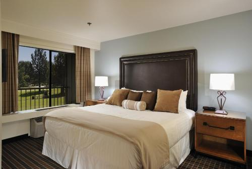 A bed or beds in a room at The Lodge at Eagle Crest