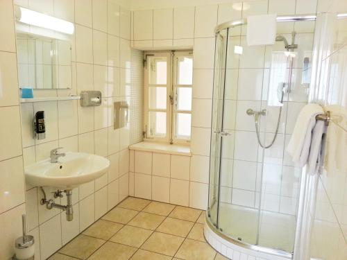 A bathroom at Pension Weisses Lamm