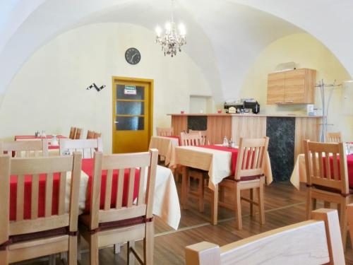 A restaurant or other place to eat at Pension Weisses Lamm