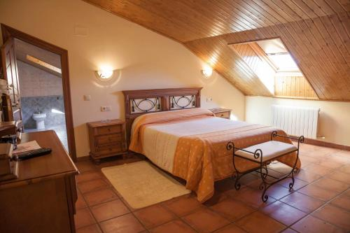 A bed or beds in a room at Hotel Rural La Plazuela