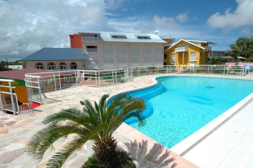 The swimming pool at or near Appart' hôtel Montjoyeux Les Vagues