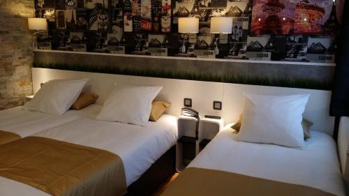 A bed or beds in a room at Hotel de la Félicité