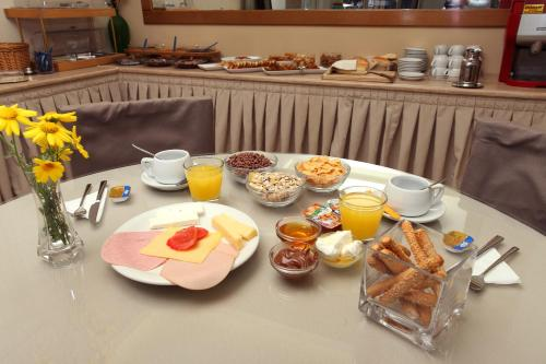 Breakfast options available to guests at Kronos Hotel