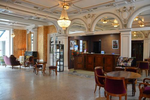 A restaurant or other place to eat at The Originals Boutique, Hôtel Terminus, Bourg-en-Bresse Gare (Qualys-Hotel)