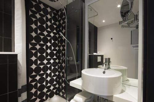 A bathroom at Hotel Ekta Champs Elysées