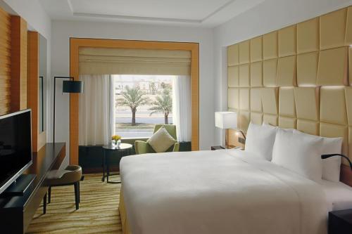 Cama ou camas em um quarto em DoubleTree by Hilton Hotel Riyadh - Al Muroj Business Gate