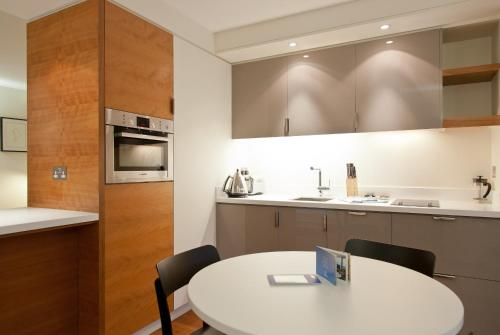 A kitchen or kitchenette at Blueprint Living Apartments -Turnmill Street