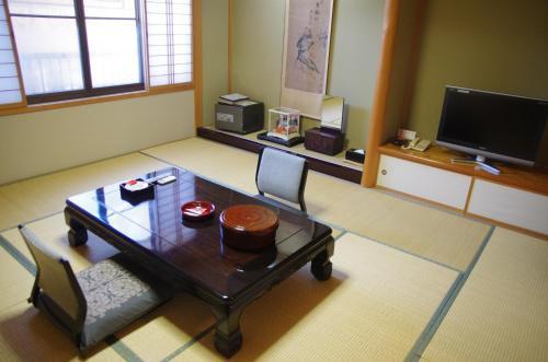 A television and/or entertainment center at Ryokan Hida Beef (Hida Gyu No Yado)