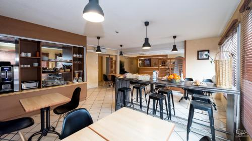 A restaurant or other place to eat at Hotel First Rodez