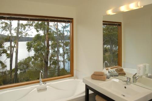 A bathroom at Stewarts Bay Lodge