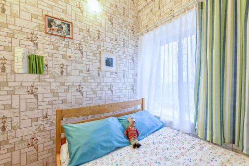 Кровать или кровати в номере Страна Чудес на Невском