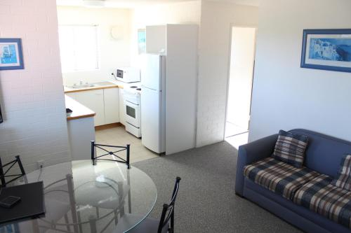 A kitchen or kitchenette at Narooma Palms Holiday Apartments