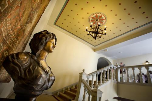 The lobby or reception area at Alcázar de la Reina