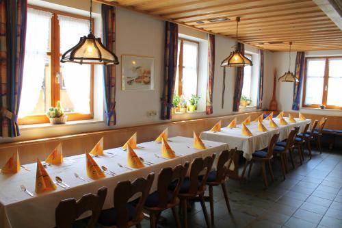 Ein Restaurant oder anderes Speiselokal in der Unterkunft Gasthaus zur Linde