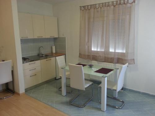 A kitchen or kitchenette at New Studio Apartments Trlaja