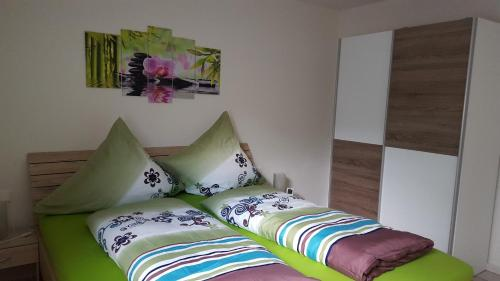 Ein Bett oder Betten in einem Zimmer der Unterkunft BeHappy