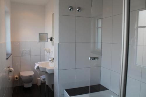 A bathroom at Hotel BurgGartenpalais
