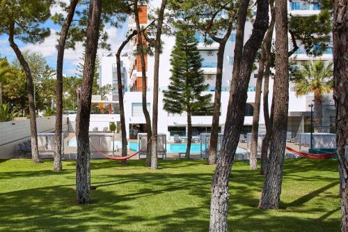 Het zwembad bij of vlak bij Alcazar Hotel & SPA
