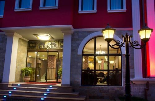 Фасада или вход на Реал Хотел