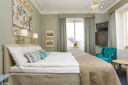 A bed or beds in a room at Lady Hamilton Hotel