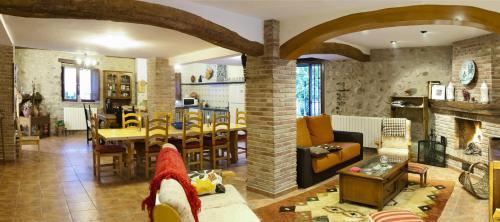 Un restaurante o sitio para comer en Hotel Rural Villa Liquidámbar