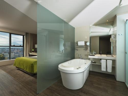 A bathroom at Melia Braga Hotel & Spa