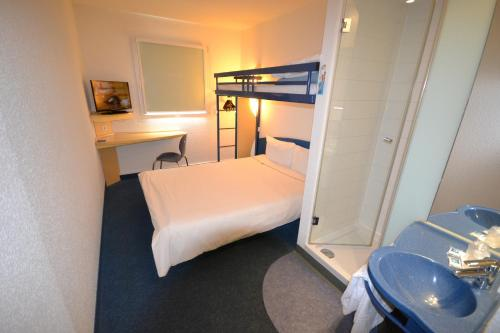A bunk bed or bunk beds in a room at Ibis Budget Graz City