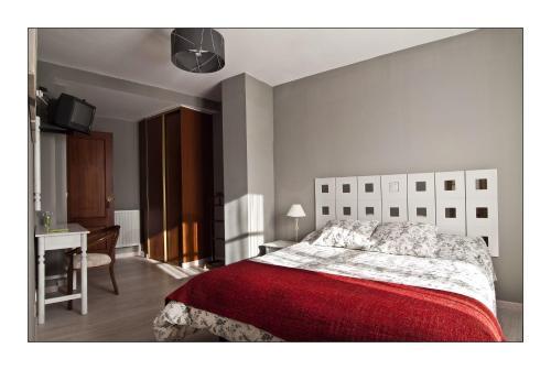 A bed or beds in a room at Hotel Rural en Escalante Las Solanas