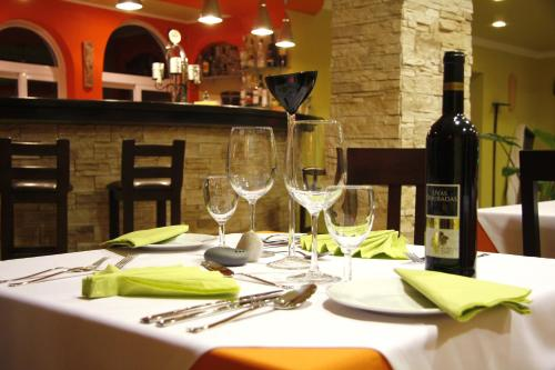 A restaurant or other place to eat at Montinho De Ouro