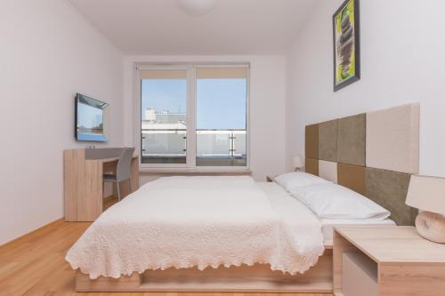 Łóżko lub łóżka w pokoju w obiekcie Aquamarina Międzyzdroje