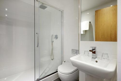 A bathroom at Central Park Hotel