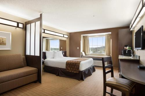 A bed or beds in a room at Microtel Inn & Suites by Wyndham Cambridge
