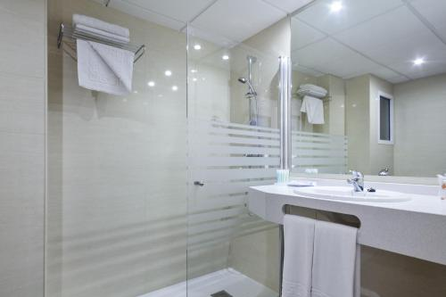 A bathroom at Hotel Oasis Park