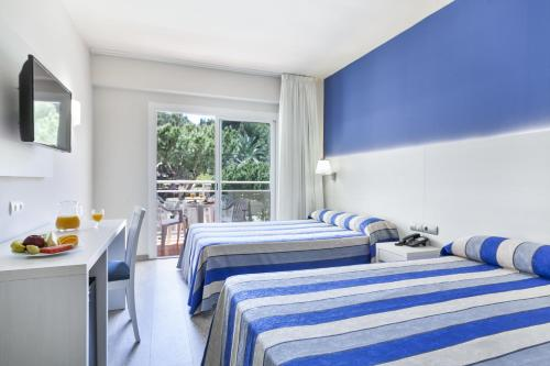 A bed or beds in a room at Hotel Oasis Park