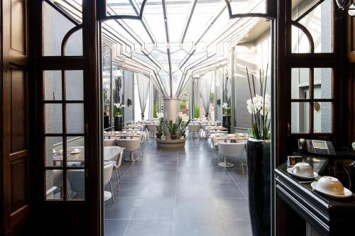 A restaurant or other place to eat at Hotel-Restaurant, La Reine