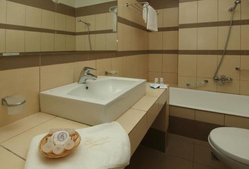 A bathroom at Skiathos Club Hotel & Suites