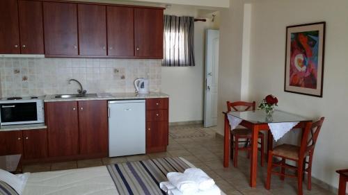 Кухня или мини-кухня в Olive Bay Hotel