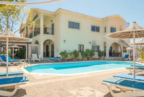 The swimming pool at or near Hill View Hotel Apartments