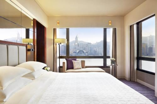 A bed or beds in a room at Sheraton Hong Kong Hotel & Towers