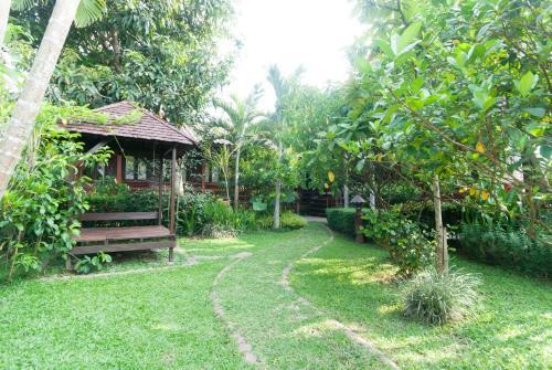 A garden outside Namkhong Guesthouse and Resort