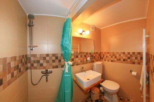 A bathroom at Retro Hostel