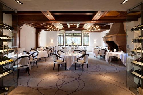 A restaurant or other place to eat at L'auberge Du Cheval Blanc et Spa