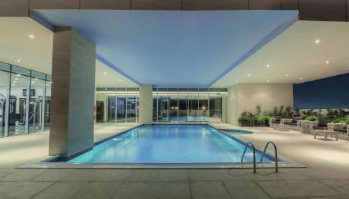 المسبح في فندق اتيرام بريمير  أو بالجوار