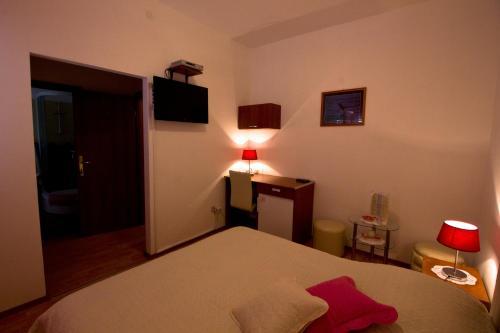 Letto o letti in una camera di Apartments and Rooms Dis