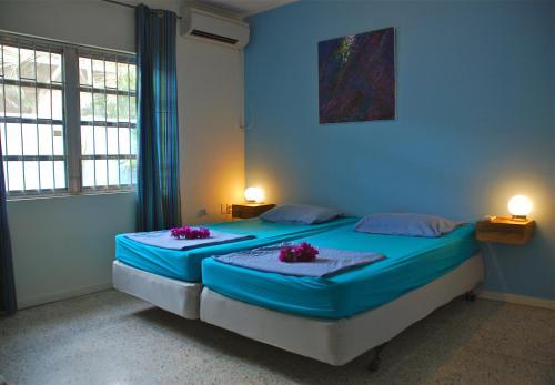 Een bed of bedden in een kamer bij Caribbean Flower Apartments