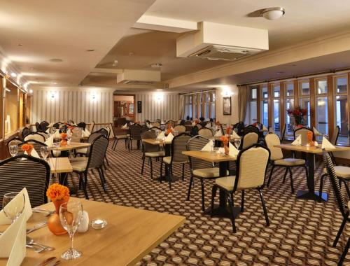 A restaurant or other place to eat at Best Western Bradford Guide Post Hotel