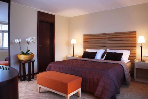 A bed or beds in a room at Hotel Alwyn