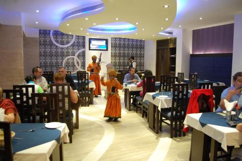 Un restaurante o sitio para comer en Hotel Taj Resorts