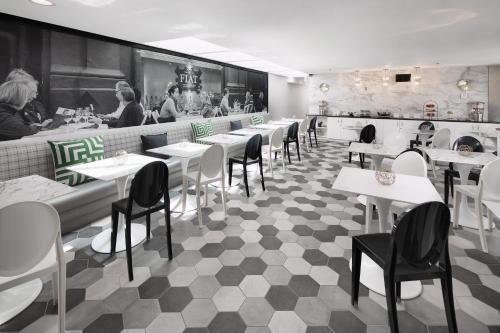 Un restaurante o sitio para comer en Carlyle Inn