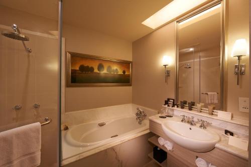 Ein Badezimmer in der Unterkunft The Scarlet Singapore (SG Clean, Staycation Approved)